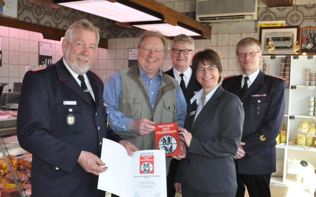 Partner der Feuerwehr: Kreiswehrführer überreicht Förderschild an Fleischerfachgeschäft Peter Raabe aus Pinneberg