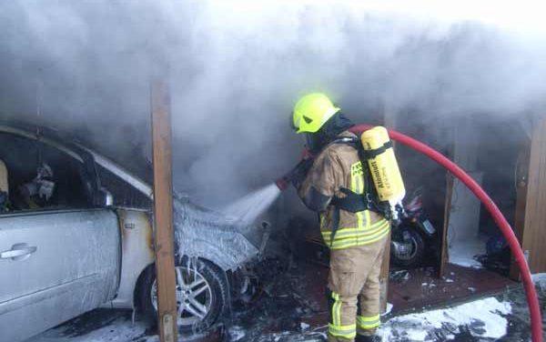 brennt PKW im Carport