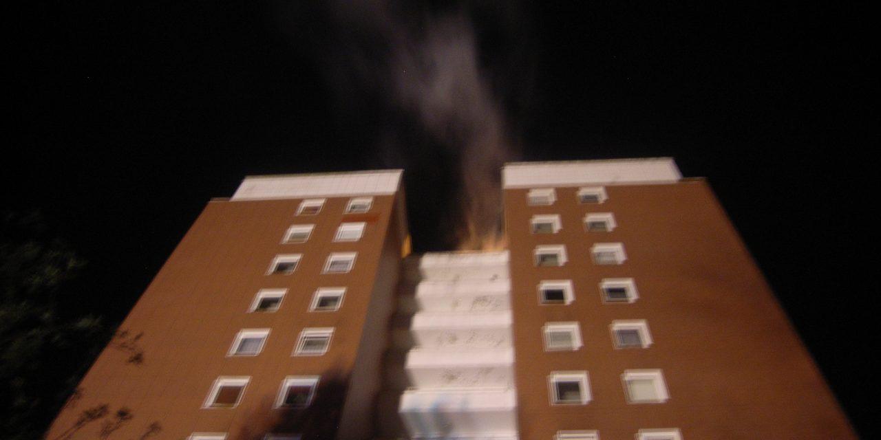 Feuer im Dach eines Hochhauses