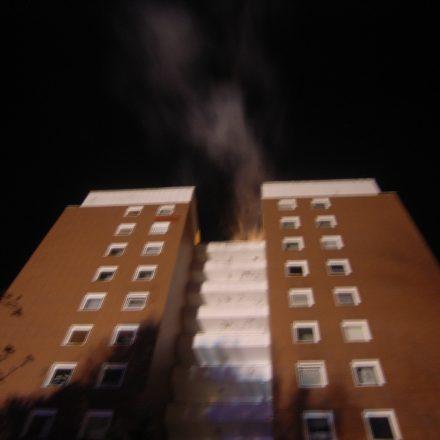 Strake Rauchentwicklung und Feuerschein aus dem Dachgeschoss