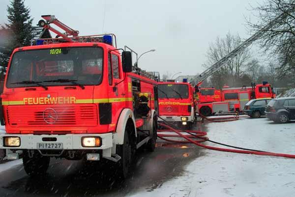 Die Einsatzfahrzeuge mußten durch Schneefall und Strassenglätte extrem vorsichtig bewegt werden