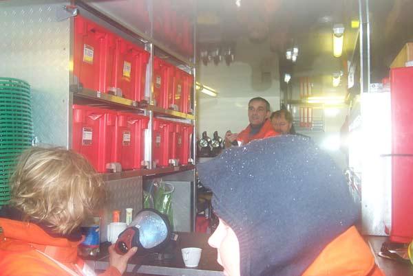 Am Abrollbehälter-Atemschutz wurden Atemschutzgeräte gewechselt und warme Getränke gereicht