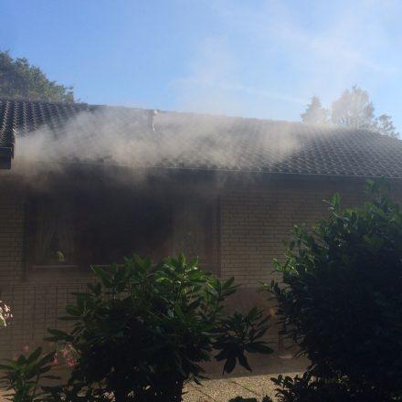 Rauchentwicklung aus dem Küchenfenster und dem Dach