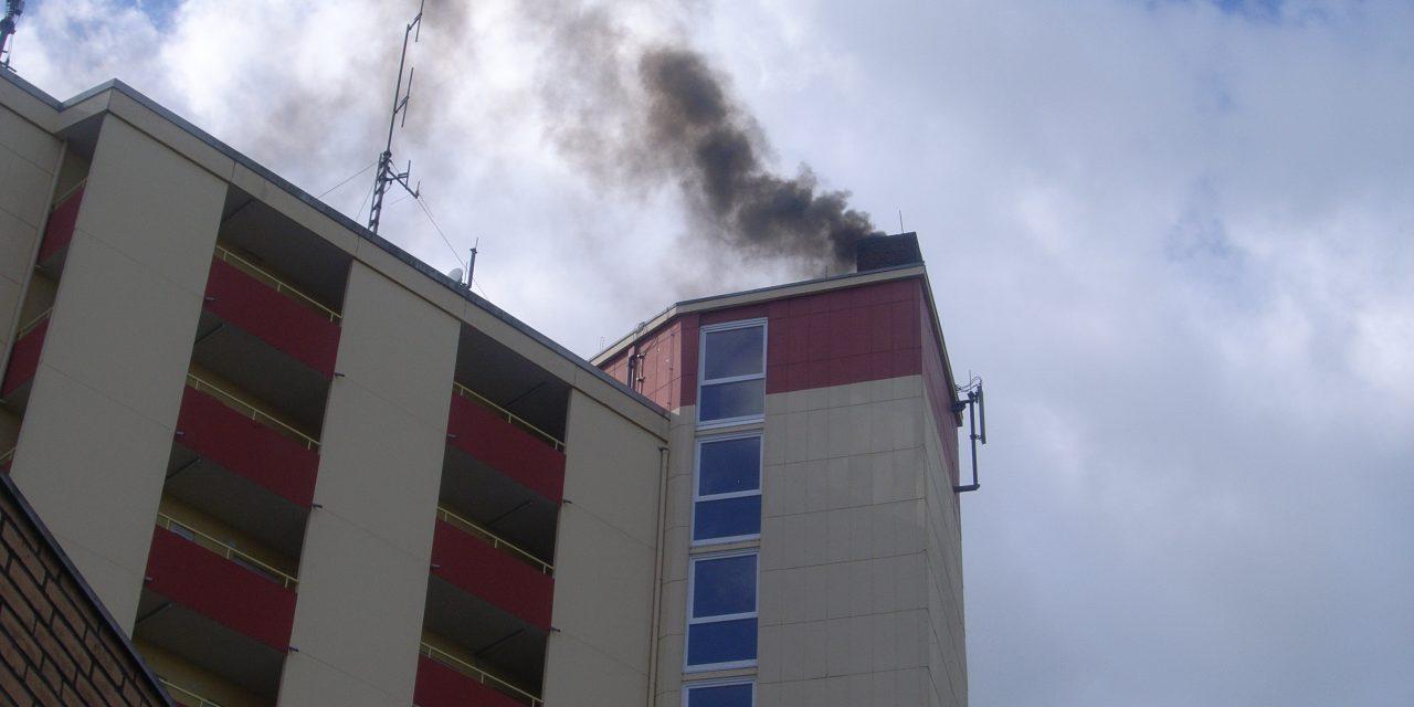 Starke Rauchentwicklung aus Dach Hochhaus