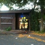 Gewaltsames Öffnen der Tür zum Inneren der Hütte