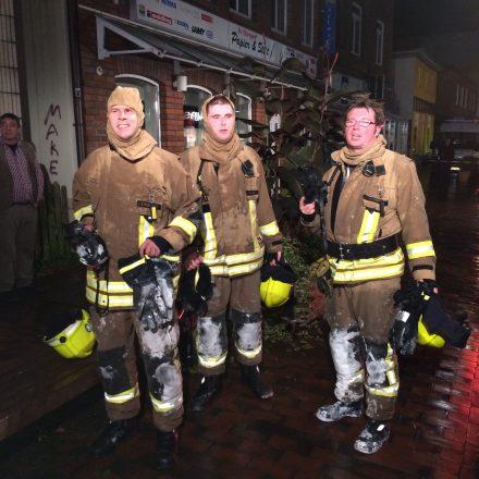 Drei Atemschutzgeräteträger nach ihrem Einsatz im Keller