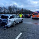 Der durch den Auffahrunfall hinten stark beschädigte PKW