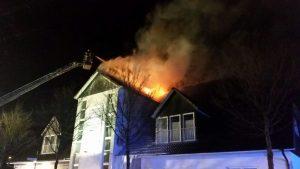 Dachfirst steht in Flammen