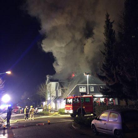 Dunkler Rauch steigt aus dem Dach auf
