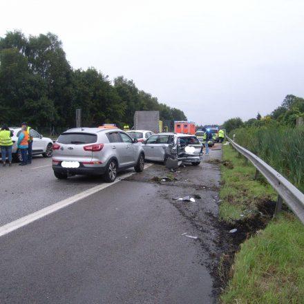 Blick vom Stauende auf die Unfallstelle mit den beteiligten Fahrzeugen