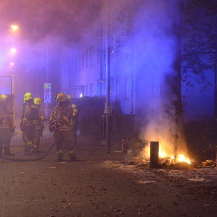 Brennende Müllsäcke, die BRandbekämpfung wird eingeleitet
