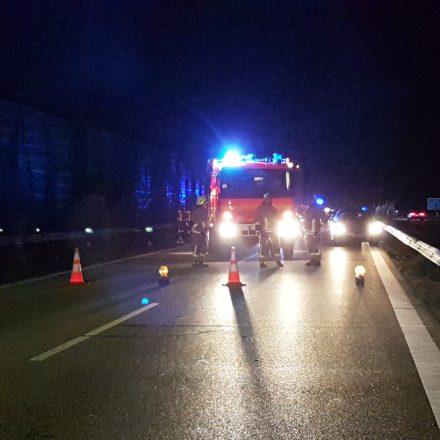Während der Löscharbeiten war die Autobahn komplett gesperrt.