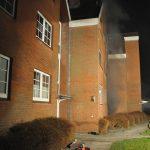 Aus dem Hauseingang steigt der Brandrauch auf. Bild: KFV Pinneberg