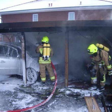 Auch im Dachbereich des Carport wurden die Brandnester mit Druckluftschaum abgedeckt