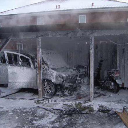 Der Motorroller vor dem ausgebrannten Fahrzeug wurde ebenfalls stark beschädigt