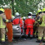 Im Vordergrund ist das orange-farbige Rettungsbrett, mit dem der Patient gleich aus dem Fahrzeug gehoben wird, zu erkennen