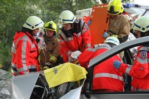 Das Rettungsbrett wird zwischen Sitz und Fahrer geschoben. So kann der Fahrer gleich von vielen Händen sanft aus dem Fahrzeug gehoben werden