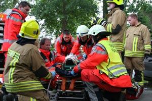 Der Fahrer wird in eine Vakuum-Matratze gelegt und so zusätzlich stabilisiert.