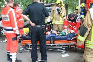 Die Vorbereitungen für den Abtransport sind abgeschlossen. Der Fahrer wird mit dem Rettungswagen ins Regional-Klinikum gefahren