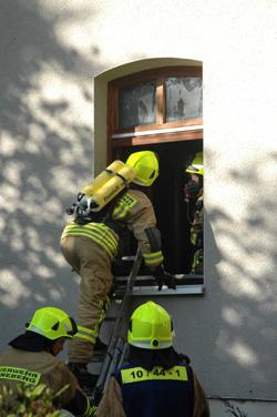 Eine Personensuche konnte nur im Erdgeschoss und im Keller erfolgen. Das erste Geschoss war aufgrund der durchgebrannten Holzdecke nicht mehr sicher erreichbar