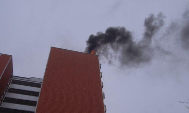 brennt Dachstuhl eines Hochhauses