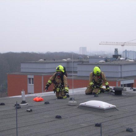Das Dach wird auf versteckte Brandnester kontrolliert
