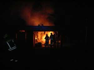 Das brennende Carport neben der Garage