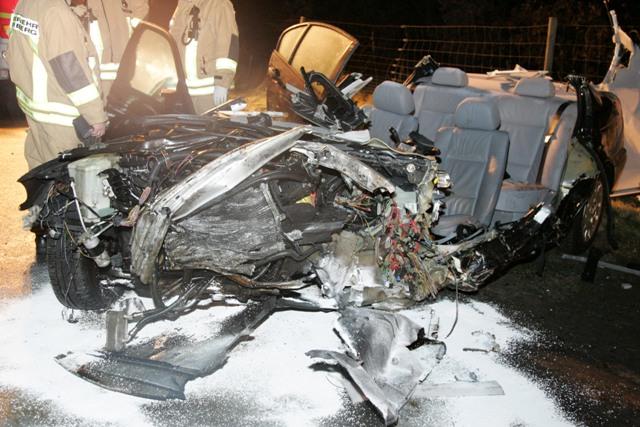 Die vollkommen zerstörte Front des BMW