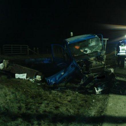 Der zerstörte Kleintransporter. Der Fahrer wurde bei dem Unfall aus dem Fahrzeug geschleudert und lag bei dem Eintreffen der Feuerwehrkräfte links neben dem Fahrzeug zwischen der Ladung