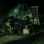 Der BMW kollidierte im Fahrerbereich mit dem Kleintransporter. Diesem wurde dabei das Vorderrad abgerissen
