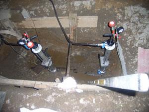 In einigem Abstand zur Schadenstelle wurden je zwei dieser Aufsätze auf die Gasleitung aufgeschweißt, durch die die Absperrblasen gesteckt wurden
