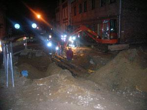 Noch bis tief in die Nacht wurden an der Gasleitung Reparaturmaßnahmen durchgeführt. Die Anlieger konnten dort bereits wieder in ihre Wohnungen