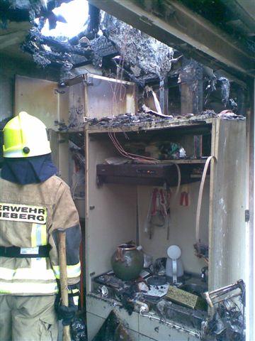 Brandwohnung mit Durchbrand ins Dach