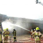Das Wirtschaftsgebäude war nicht mehr zu retten, es brannte auf voller Länge aus (Foto: Michael Bunk)