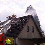 Über die Drehleiter wurde das Dach auf der Rückseite geöffnet
