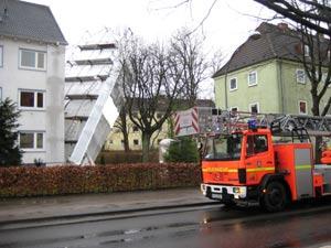 Das Baugerüst wurde aus der Verankerung am Gebäude gerissen