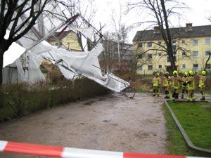 Mit vereinten Kräften wurde das Gerüst zu Boden gerissen, da es nicht mehr am Gebäude gesichert werden konnte