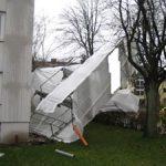 Mehrere Gerüstteile wurden demontiert um weitere Gefahrenquellen zu beseitigen