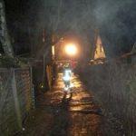 Über die schmale Hofeinfahrt konnte kein Fahrzeug an den Brandherd gelangen