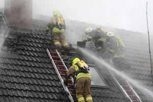 Unter Atemschutz wurde das Dach geöffnet