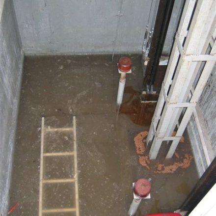 Dies ist nur ein Fahrstuhlschacht von mehreren, der durch die Freiwillige Feuerwehr vom Wasser befreit werden musste