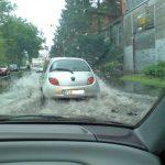 Auf die Seitenstraße zum Bahnhof wurde durch die Wassermaßen stark beeinträchtigt