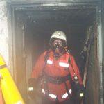 Zwei Atemschutzgeräteträger verlassen den Keller nach dem das Feuer aus war