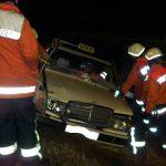 Kurz nach dem Eintreffen der Einsatzkräfte wird die Rettung eingeleitet. Ein Rettungsassistent betreut die Unfallfahrerin im Taxi während von der Feuerwehr die Frontscheibe herausgetrennt wird