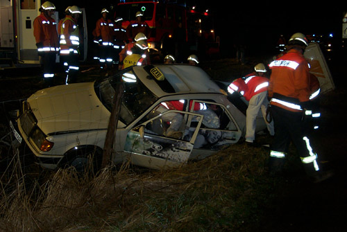 Die Arbeiten an dem verunfallten Fahrzeug werden immer in enger Absprache mit dem Rettungsdienstpersonal bzw. Notarzt durchgeführt