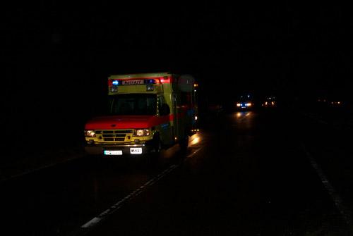 Der Notarztwagen des ASB-Hamburg, die Polizei sperrt die LSE in Fahrtrichtung Pinneberg während der gesamten Rettungsarbeiten sowie während der Bergung der Fahrzeuge