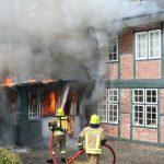 Erste Löschmaßnahmen - die Brandentwicklung wird eingedämmt