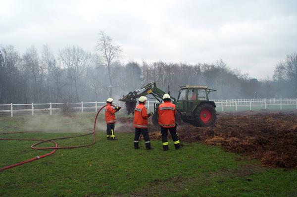 Der Bagger hat den Haufen abgetragen und mit dem Trecker des Geschädigten wurde der Mist zum Ablöschen auf der angrenzenden Weide verteilt