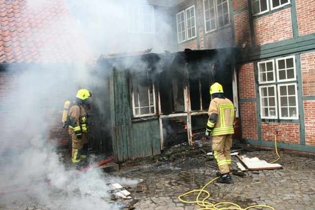 Das Feuer im Schuppen ist weitgehend gelöscht, der Innenangriff in den Schuppen wird vorbereitet.