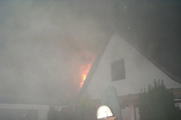 Auf diesem Foto sieht man die Flammen, die aus dem Dachbereich schlagen sehr gut